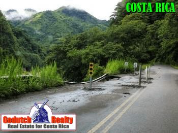No-passing pavement markings in Costa Rica